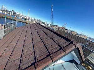 高耐久鋼板屋根材です。 スカイメタルスレート(チーク色)玄武岩を砕いた石粒が表面を覆っているため、日射熱を和らげ雨音を抑えます。